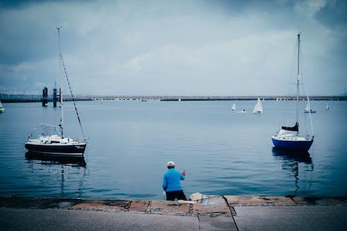 Balık tutmak, tekne, tekne güvertesi içeren Ücretsiz stok fotoğraf