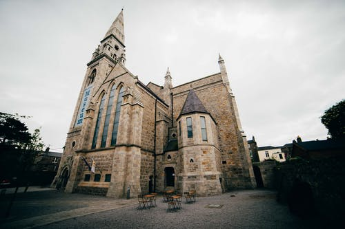 kilise, kilise binası içeren Ücretsiz stok fotoğraf