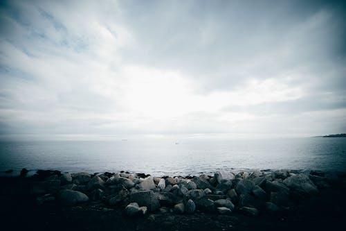 kayalar, plaj güvenliği içeren Ücretsiz stok fotoğraf