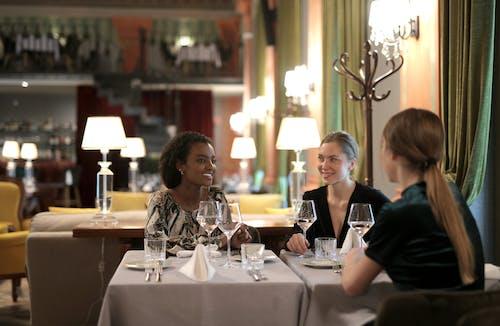 Gratis arkivbilde med bord, hotell, innendørs, komme sammen