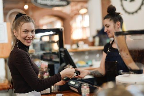 Kostenloses Stock Foto zu café, drinnen, frau, kunde