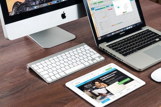 Kostenloses Stock Foto zu apfel, schreibtisch, laptop, notizbuch