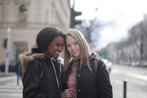 Ilmainen kuvapankkikuva tunnisteilla afroamerikkalainen, auringonvalo, charmikas, halaus