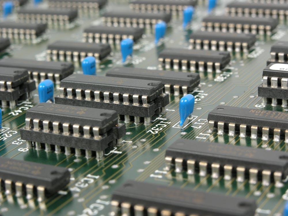 Schwarze Und Blaue Elektronische Werkzeuge Auf Grüner Leiterplatte