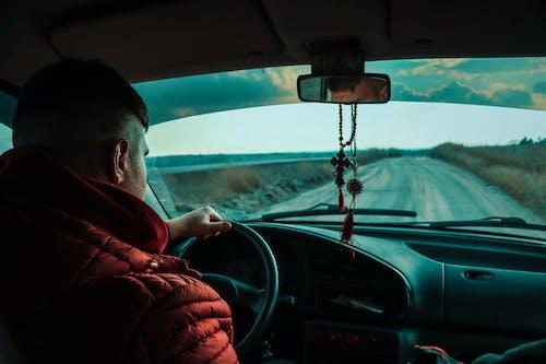 Homem De Jaqueta Vermelha Dirigindo Um Carro