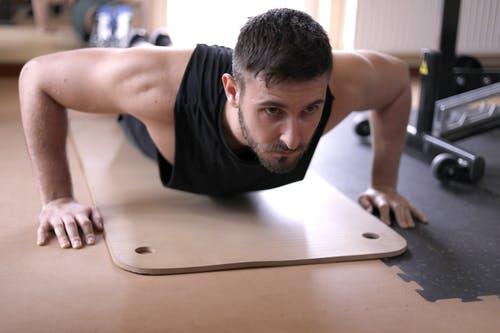 Photos gratuites de à l'intérieur, concentration, effort, faire de l'exercice