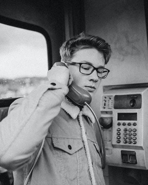 Graustufenfoto Des Mannes Am Telefon