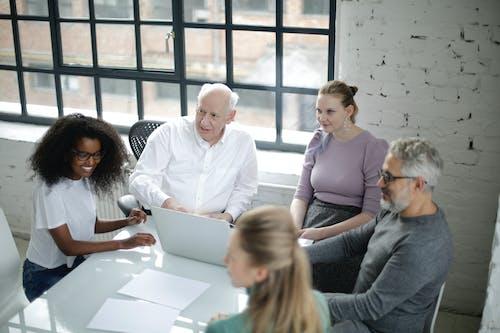 Fotos de stock gratuitas de colegas, compañeros de oficina, compañeros de trabajo, cultura de equipo