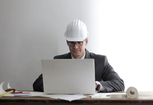 Gratis lagerfoto af alvorlige, arbejde, arbejdstegning, arkitekt