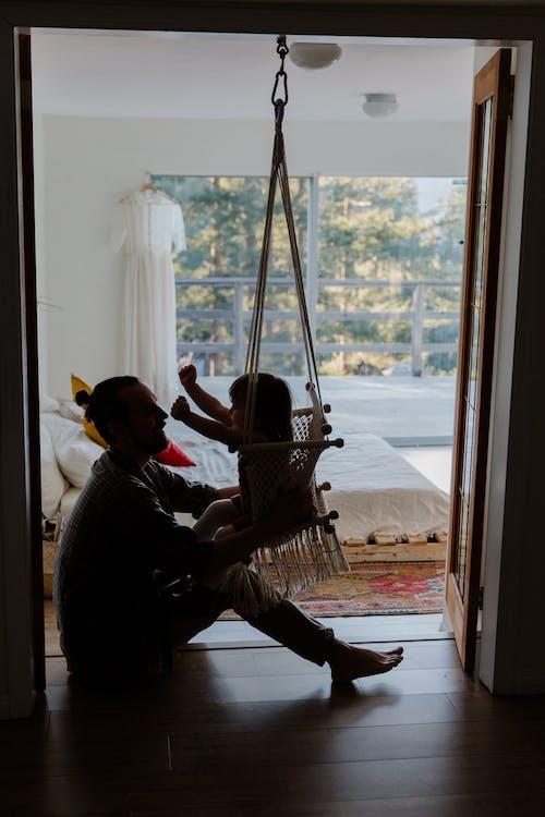 Základová fotografie zdarma na téma aktivita, apartmán, batole, bezstarostný