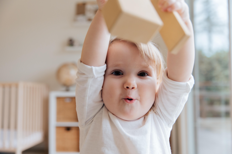 drewniane klocki - zabawki dla dzieci w różnym wieku