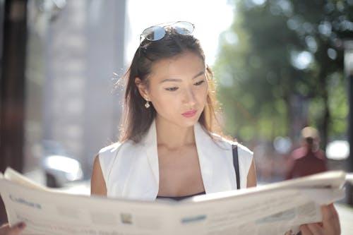 アジアの女性, サングラス, ニュースの無料の写真素材