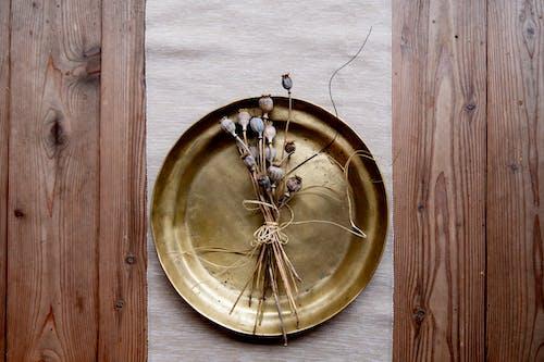 Darmowe zdjęcie z galerii z antyczny, bukiet, deska, drewniany
