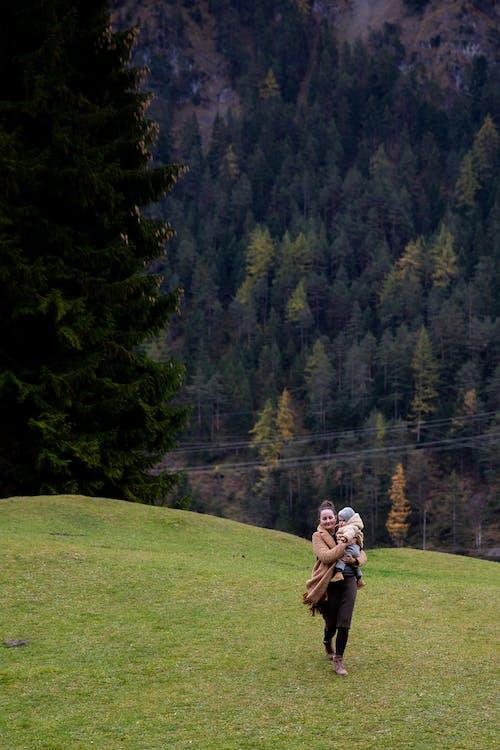 Δωρεάν στοκ φωτογραφιών με αναψυχή, Άνθρωποι, βουνό, γήπεδο