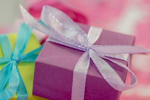 Gratis stockfoto met boog, cadeaus, cadeautjes, cadeauverpakking
