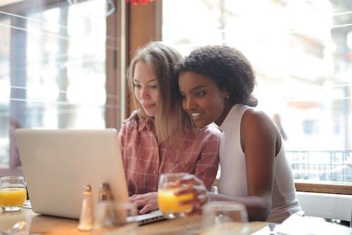 Darmowe zdjęcie z galerii z czarna kobieta, czas wolny, drink, kawiarnia