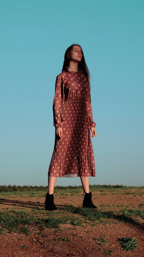 Фотография женщины в красном платье
