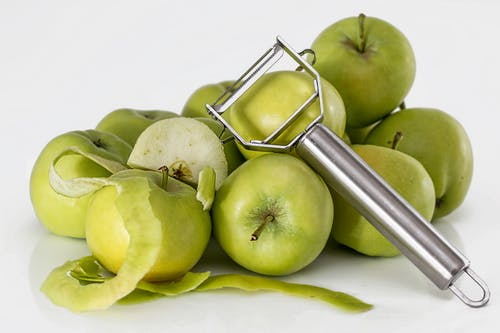 은색 껍질 벗기는 녹색 설 익은 사과