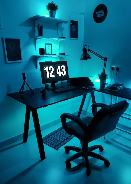黒い木製のテーブルの上の黒いフラットスクリーンコンピューターモニター