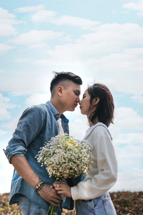 Homem E Mulher Prestes A Se Beijar