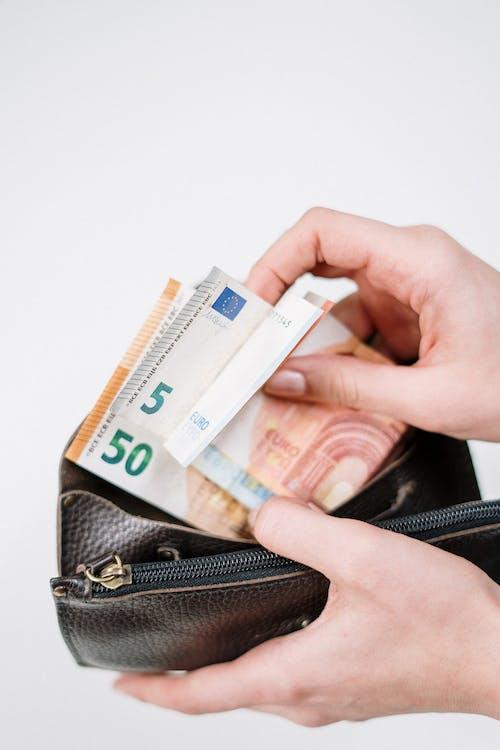 Foto profissional grátis de carteira, cédulas, conta