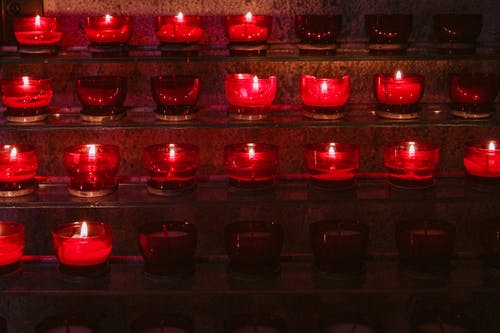 Kostenloses Stock Foto zu beleuchtet, kerzen, kirche