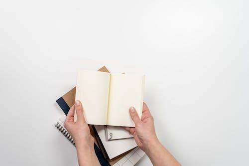 Fotos de stock gratuitas de almohadilla, bloc, cuaderno, manos