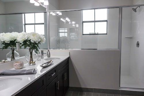 Безкоштовне стокове фото на тему «ваза, ванна кімната, віддзеркалення, віддзеркалювати»