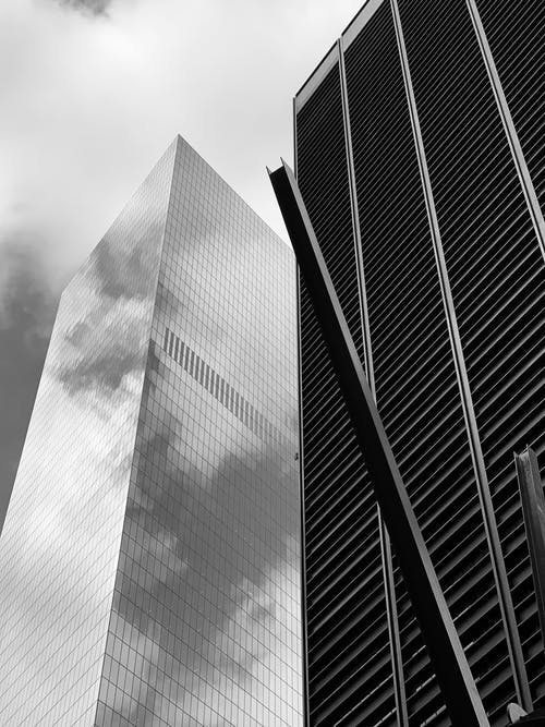 Фотография высотных зданий в оттенках серого