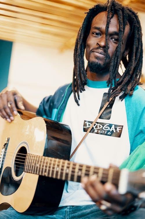 Foto profissional grátis de dreadlock, guitarrista, homem, homem afro-americano