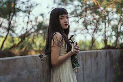Mädchen Hält Eine Puppe