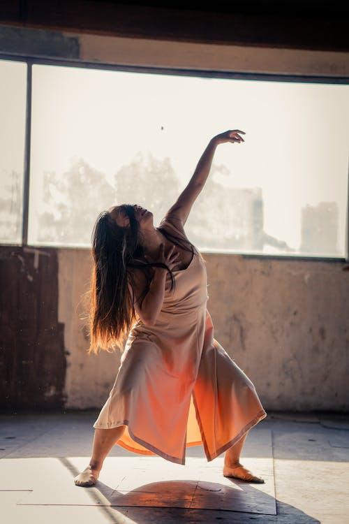 Frau Im Rosa Kleidungs Tanzen