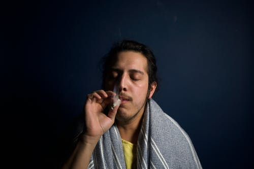 Základová fotografie zdarma na téma chlápek, cigareta, konopí, kouř