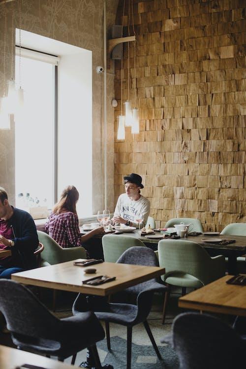 昼間に創造的なレストランで休んでいるカップル