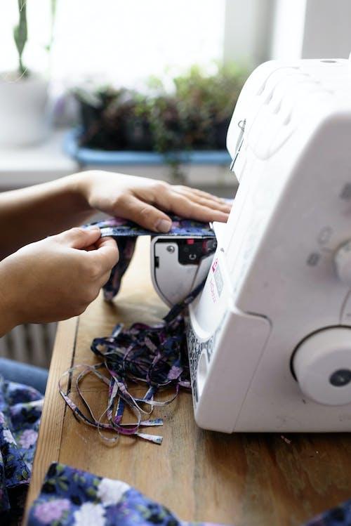 Fotos de stock gratuitas de cosiendo, de coser, manos, máquina de coser