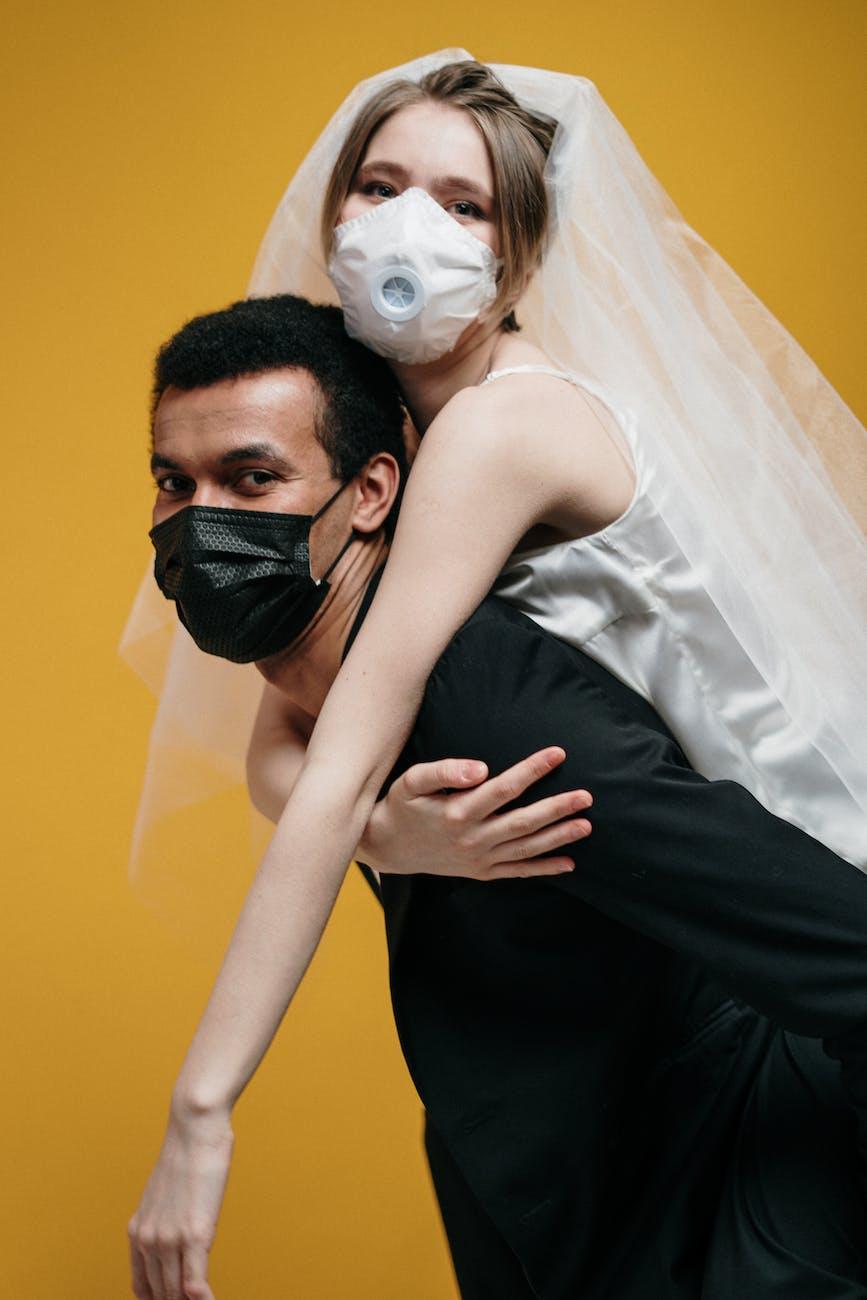 Masker hitam dan putih