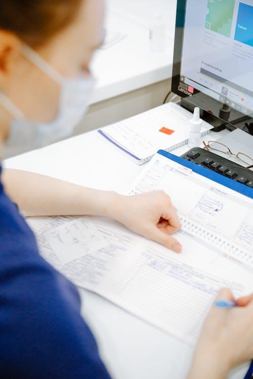 Araştırma, belge, bilgisayar, çalışma alanı içeren Ücretsiz stok fotoğraf