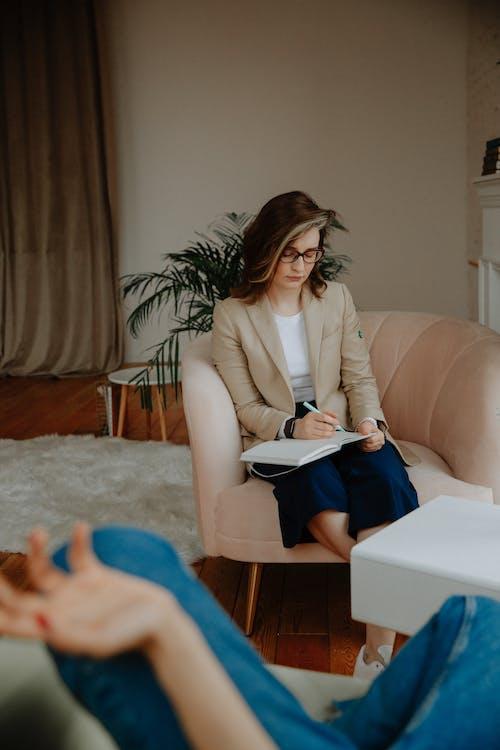 Kostnadsfri bild av anteckningsbok, coaching, kvinna, lyssnande