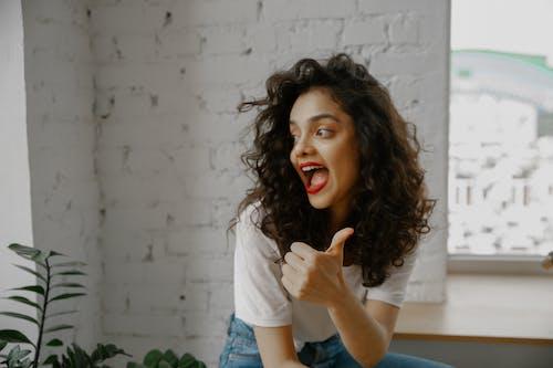 Бесплатное стоковое фото с брюнетка, Взрослый, выражение лица