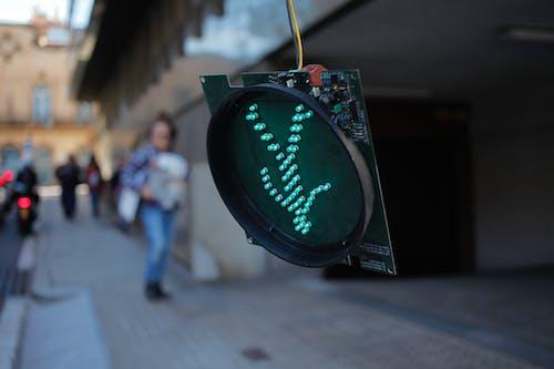 Foto profissional grátis de andando, caminhando, cidade, com defeito