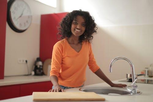 Gratis arkivbilde med afrikansk-amerikansk, bod, bord, brunette
