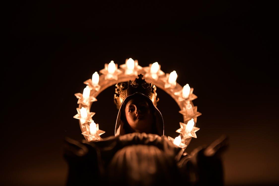 Женщина в черном худи с зажженным бенгальским огнем