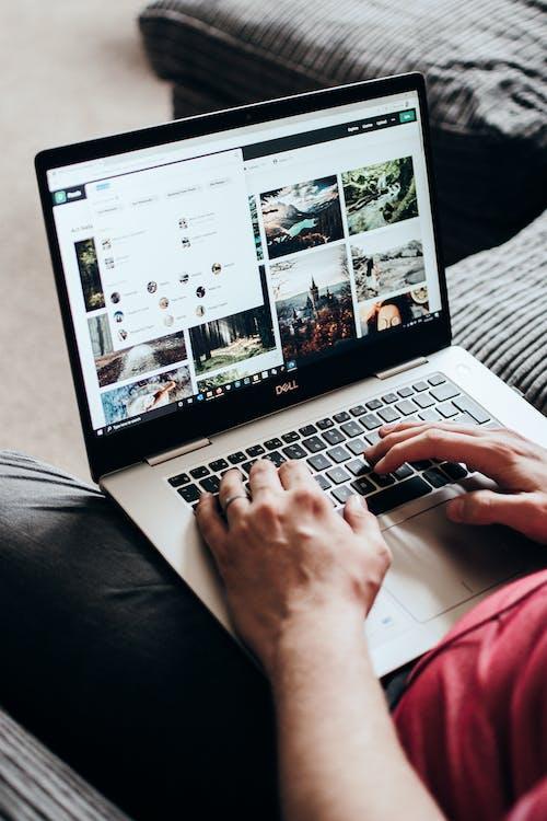 Person, Die Macbook Pro Benutzt, Während Sie Auf Der Couch Sitzt