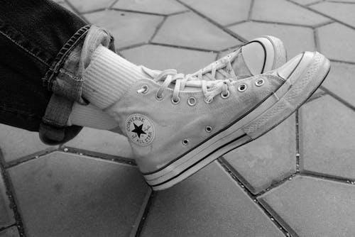 Δωρεάν στοκ φωτογραφιών με converse all star, αθλητικά παπούτσια, ασπρόμαυρη φωτογραφία