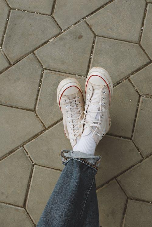 Imagine de stoc gratuită din alb, blugi denim, Converse