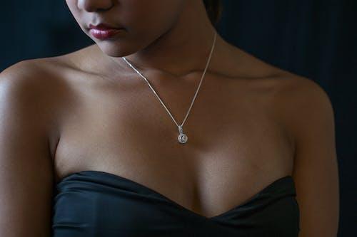 Darmowe zdjęcie z galerii z biżuteria, czarna sukienka, dama, diamentowy naszyjnik