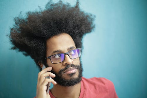 Foto profissional grátis de adulto, afro, celular