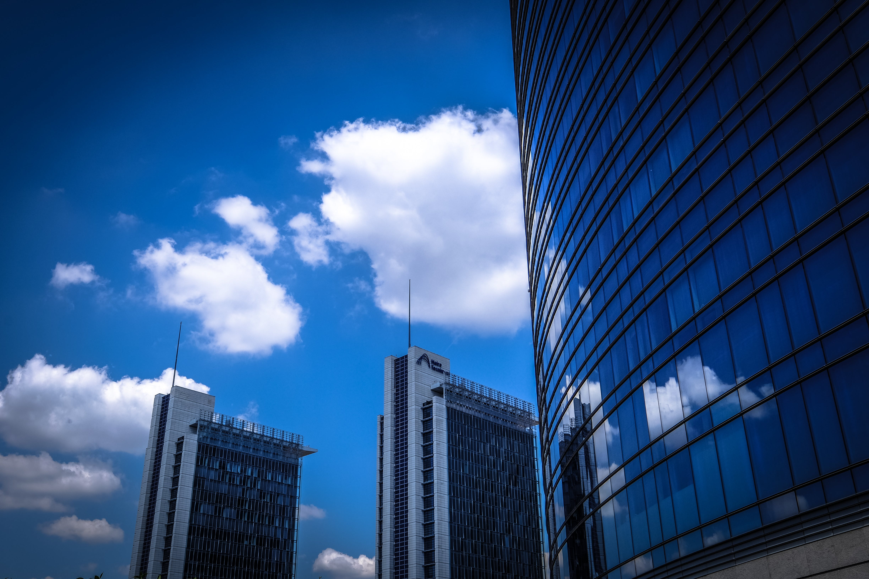 Gratis arkivbilde med arkitektonisk design, arkitektur, blå himmel, by