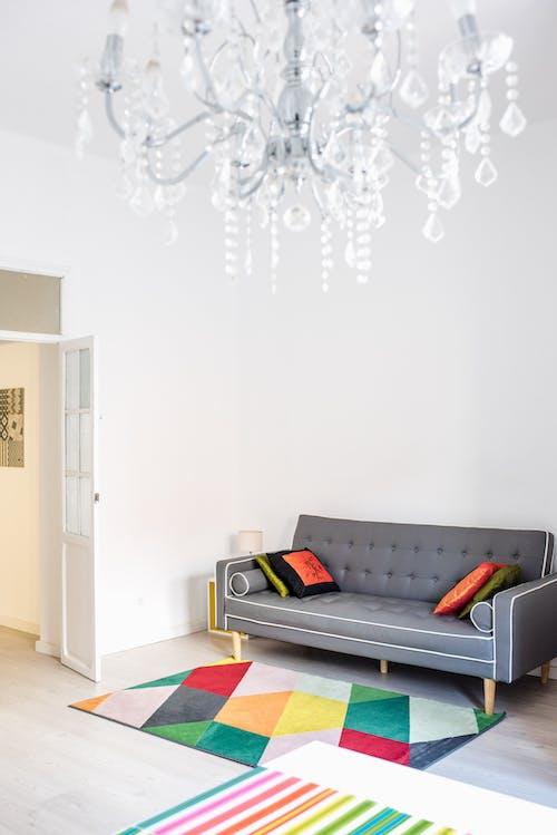 aile, avize, Beyaz duvar, dekorasyon içeren Ücretsiz stok fotoğraf