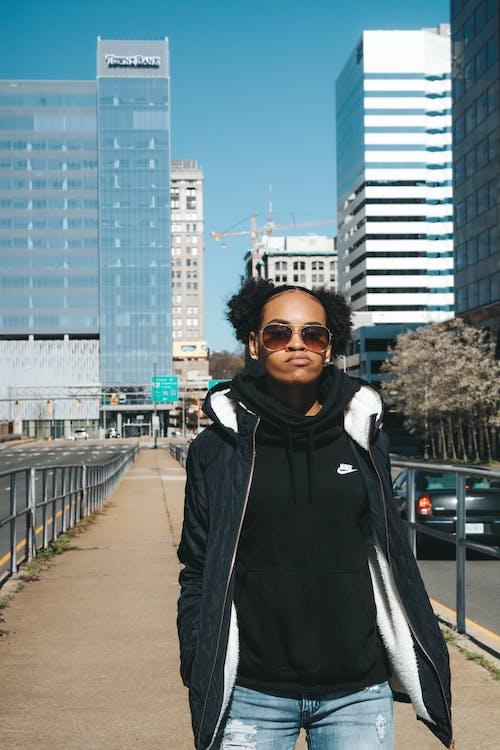 人, 人行道, 城市, 墨鏡 的 免费素材图片